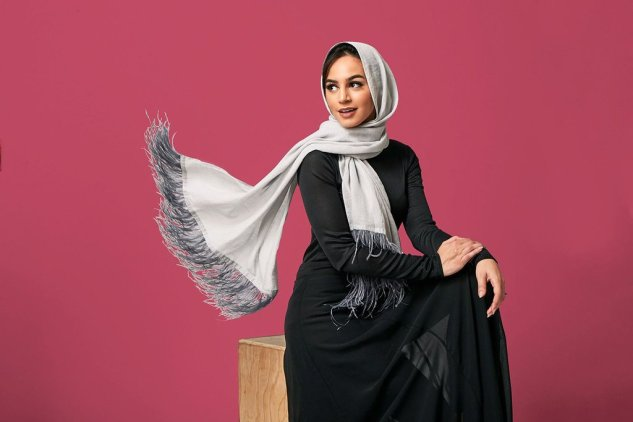 Framed People Cotton Feathers Hijab in Gray